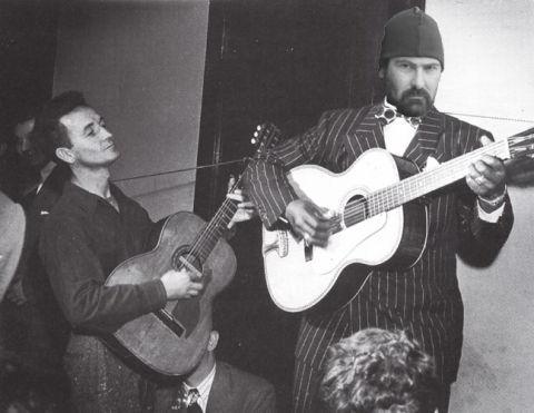 Yes that is Ellis Paul behind Woody039s guitar